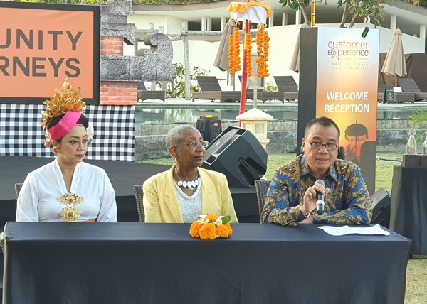 Director General of ACI Angela Gittens (tengah), didampingi oleh Dirut Angkasa Pura I Faik Fahmi dan Direktur Pemasaran dan Pelayanan Angkasa Pura I Devy W. Suradji saat konferensi pers sebelum acara Customer Experience Global Summit 2019. BISNIS - Rio Sandy Pradana