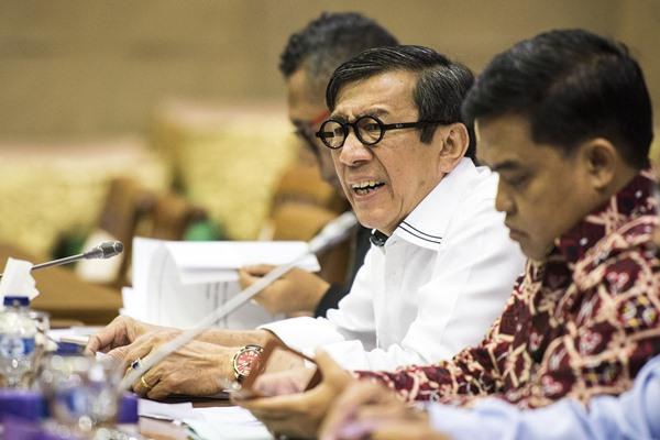 Menteri Hukum dan HAM Yasonna Laoly (kiri) menghadiri rapat Panitia Kerja (Panja) bersama Badan Legislasi di Kompleks Parlemen Senayan, Jakarta, Senin (17/4). - Antara/M Agung Rajasa
