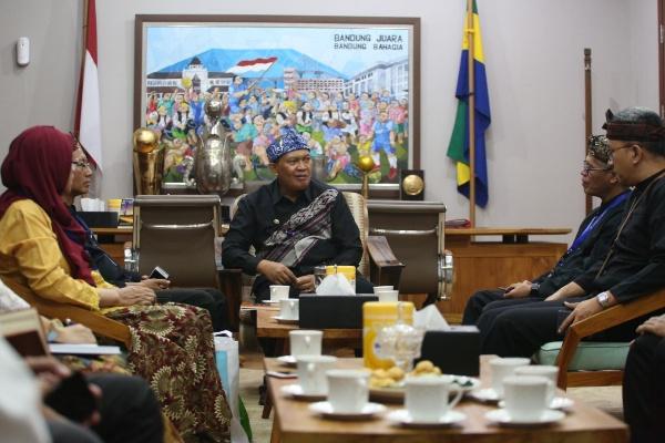 Wali Kota Bandung Oded M. Danialsaat menerima perwakilan dari Batan Bandung di Balai Kota Jalan Wastukancana, Rabu (4 - 9).