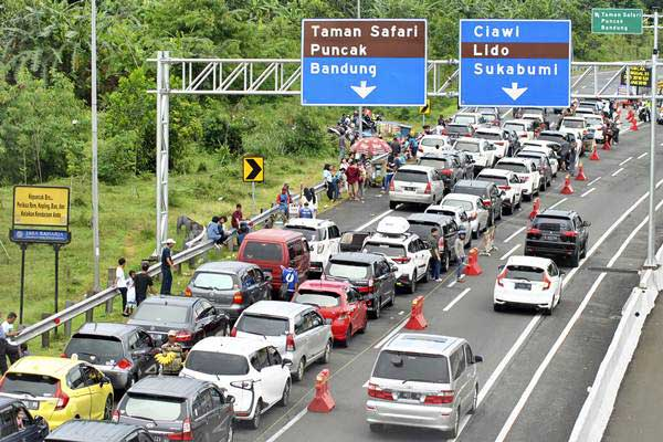 Antrean kendaraan memadati pintu keluar gerbang tol Ciawi menuju jalur Puncak, Kabupaten Bogor, Jawa Barat, Selasa (25/12/2018). - ANTARA/Arif Firmansyah