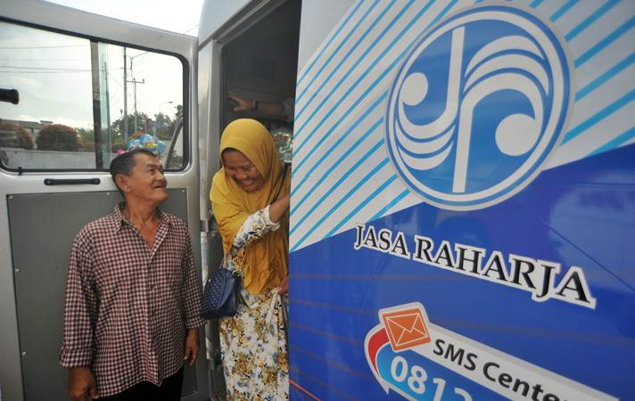 Calon penumpang bus memeriksakan kondisi kesehatannya sebelum kembali ke rantau, di mobil Jasa Raharja, di Padang, Sumatra Barat, Selasa (11/6/2019). - ANTARA/Iggoy el Fitra