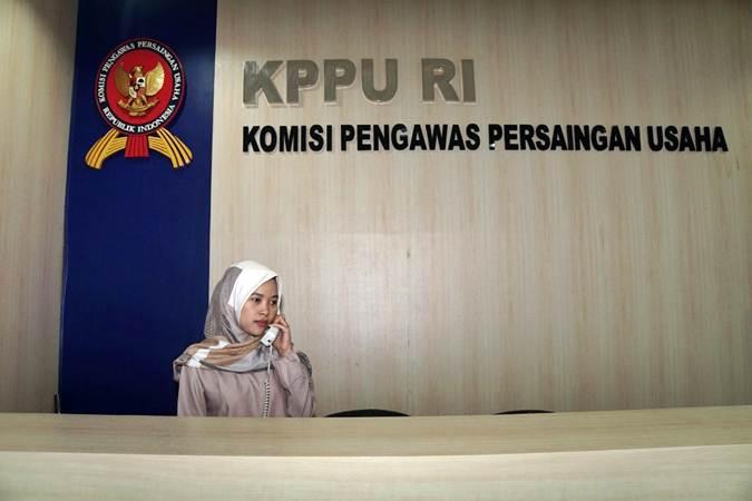 Karyawati menerima telepon di kantor Komisi Pengawas Persaingan Usaha (KPPU) - Bisnis/Himawan L Nugraha