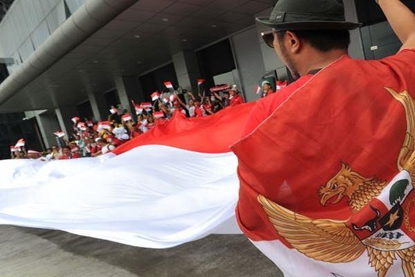 Suporter Indonesia membentangkan bendera merah putih raksasa - Antara