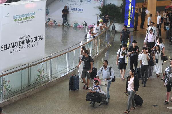 Wisatawan mancanegara (wisman) membawa barang bawaan di Terminal Internasional Bandara Internasional I Gusti Ngurah Rai, Bali, Selasa (3/9/2019). PT Angkasa Pura I (Persero) Kantor Cabang Bandara Internasional I Gusti Ngurah Rai mencatat pada periode Januari-Juli 2019 sebanyak 3.533.010 orang wisman tiba di Bali melalui bandara tersebut atau meningkat 0,1 persen dibanding periode yang sama tahun sebelumnya dengan dominasi wisatawan asal China dan Australia. - Antara/Fikri Yusuf