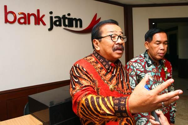 Gubernur Jawa Timur Soekarwo (kiri) didampingi Direktur Utama PT Bank Pembangunan Daerah Jawa Timur Tbk (Bank Jatim) R. Soeroso menjawab pertanyaan wartawan, seusai RUPS Bank Jatim, di Surabaya, Selasa (20/2/2018). - JIBI/Wahyu Darmawan