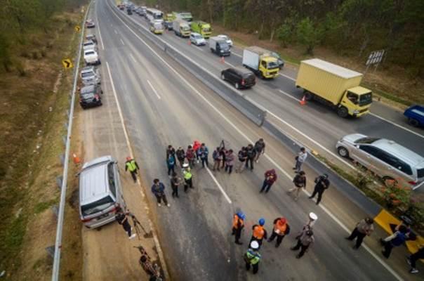 Petugas Traffic Accident Analysis (TAA) Polda Jabar melakukan olah TKP kecelakaan beruntun di KM 91 Tol Cipularang, Kabupaten Purwakarta, Jawa Barat, Selasa (3/9/2019). Olah TKP dilakukan untuk mengetahui penyebab kecelakaan beruntun yang melibatkan 21 kendaraan dan menyebabkan delapan orang tewas pada Senin (2/9/2019). - ANTARA/Raisan Al Farisi