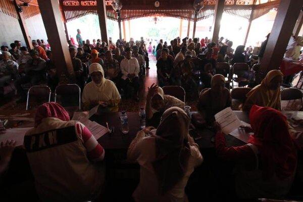 Warga antre verifikasi pada validasi data calon penerima Program Keluarga Harapan (PKH) di pendapa Kelurahan Jebres, Solo. - JIBI/Nicolous Irawan