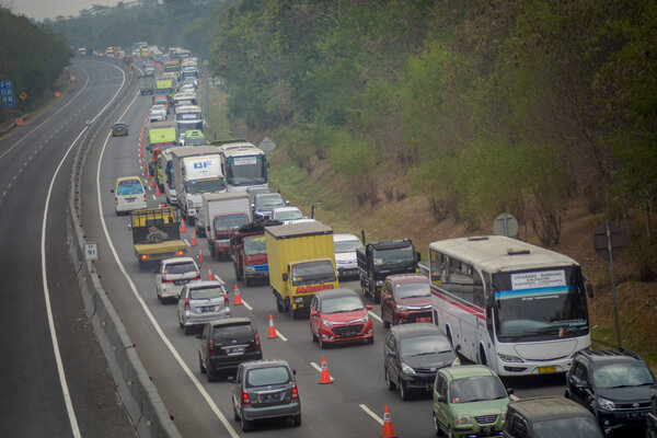 Kendaraan terjebak kemacetan saat pemberlakuan
