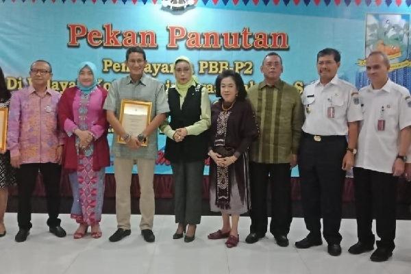 Wali Kota Jakarta Selatan Marullah Matali berfoto bersama para WP teladan di Jakarta Selatan, salah satunya Sandiaga Uno - doc humas