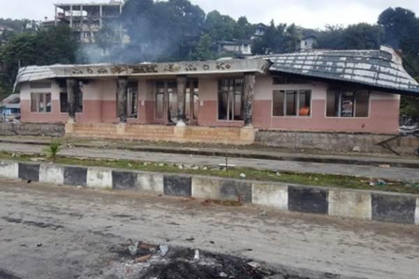 Suasana Kantor Dewan Adat Mbaham Matta seusai dibakar massa saat melakukan aksi di Kabupaten Fakfak, Papua Barat, Rabu (21/8/2019). - ANTARA/Wahyu Rumagesan