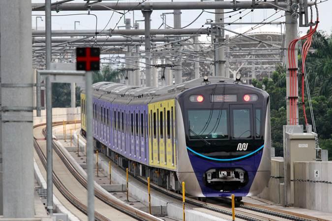 Kereta Moda Raya Terpadu (MRT) melintas di Stasiun CSW, Jakarta, Senin (1/4/2019). - Bisnis/Abdullah Azzam
