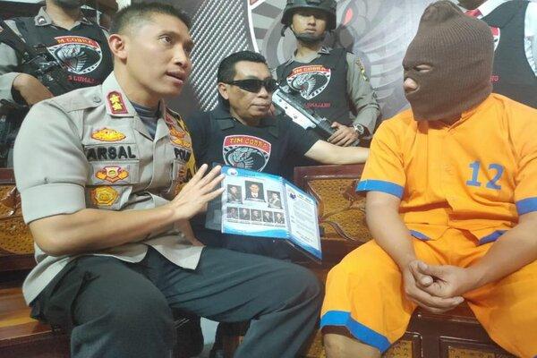 Kapolres Lumajang, AKBP Muhammad Arsal Sahban, menunjukkan bos Q-Net asal Madiun berinisial MK, Selasa (3/9/2019). - Istimewa