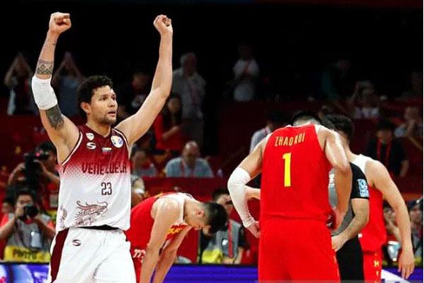 Pebasket Venezuela Michael Carrera (kiri) melakukan selebrasi, sementara pemain China Zhao Rui (kanan) kecewa atas hasil pertandingan terakhir Grup A Piala Dunia Basket FIBA 2019 di Beijing, China, Rabu (4/9/2019) tengah malam WIB. - Reuters/Thomas Peter