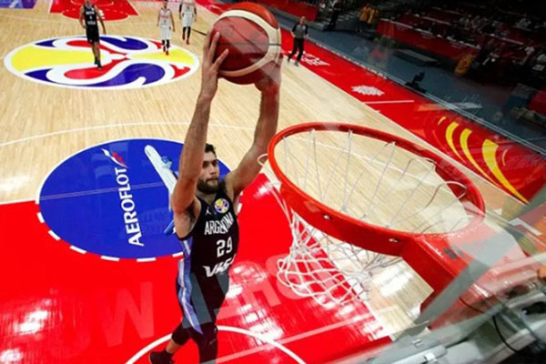 Pebasket Argentina Facundo Campazzo berusaha menghempaskan dunk dalam laga terakhir Grup B Piala Dunia Basket melawan Rusia di Wuhan, China, Rabu (4/9/2019) tengah malam WIB. - Reuters/Andy Wong