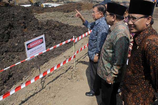 Wakil Presiden Jusuf Kalla (kiri) didampingi Gubernur Jawa Timur Soekarwo (tengah) menyaksikan dimulainya pembangunan proyek Sistem Pengelolaan Air Minum (SPAM) Umbulan, di Desa Umbulan, Winongan, Kabupaten Pasuruan, Jawa Timur, Kamis (20/7). - ANTARA/Umarul Faruq