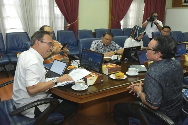 Plh. Sekretaris Daerah Provinsi Jawa Barat Daud Achmad (kiri) - Bisnis/Wisnu Wage