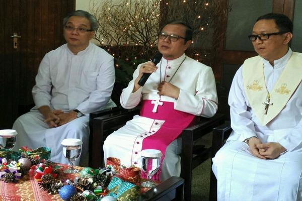 Uskup Agung Jakarta Ignatius Suharyo (tengah) - Muhammad Khadafi