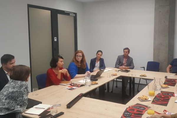 Country Manager Foreign Expansion Department Polish Investment &Trade Agency Anna Lagondzinska (ketiga kiri) bersama tim memberi penjelasan kepada jurnalis Indonesia yang mengikuti program Study Trip to Poland, Selasa (3/9/2019). - Bisnis/Rahayuningsih