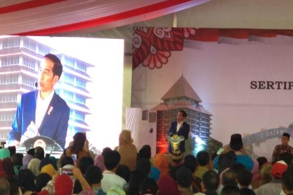 Ilustrasi-Presiden Jokowi saat penyerahan sertipikat lahan kepada warga - Istimewa
