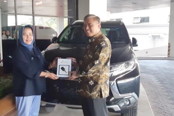 Direktur Bisnis Ritel dan Unit Usaha Syariah Bank Jateng Hawawijaya (kanan) memberikan hadiah grand Prize Tabungan Bima, yakni Mitsubishi Pajero kepada nasabah atas nama Meri Efda, Kamis (5/9 - 2019).