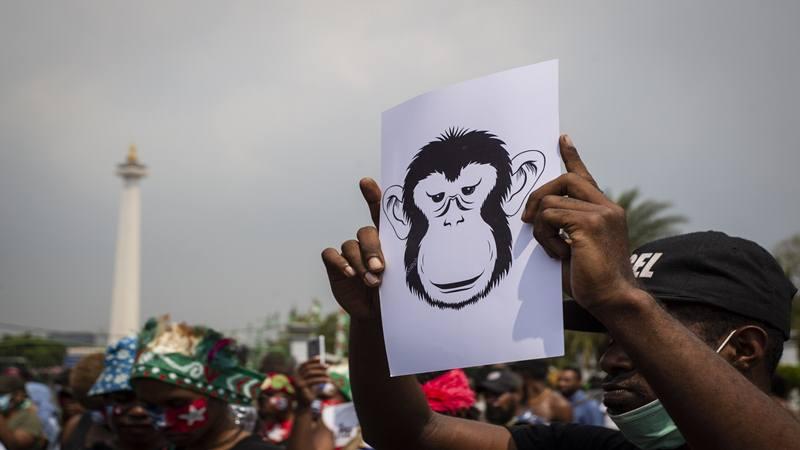 Massa yang tergabung dalam Mahasiswa Papua Anti Rasisme, Kapitalisme, Kolonialisme dan Militerisme membentangkan poster saat menggelar unjuk rasa di seberang Istana Merdeka, Jakarta, Kamis (22/8/2019) - Antara