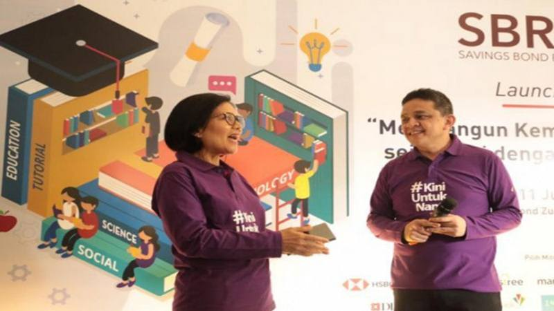 Direktur Jenderal Pengelolaan Pembiayaan dan Risiko Kementerian Keuangan Luky Alfirman (kanan) bersama Direktur Surat Utang Negara Loto Srinaita Ginting dalam acara pembukaan masa penawaran SBR007 di Jakarta, Kamis (11/7/2019). - Antara