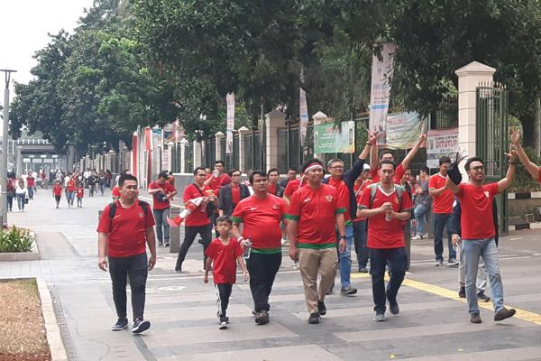 Suporter Timnas Indonesia berjalan menuju Stadion Utama GBK di Jakarta, Kamis 5 September 2019). - Bisnis/Samdysara Saragih