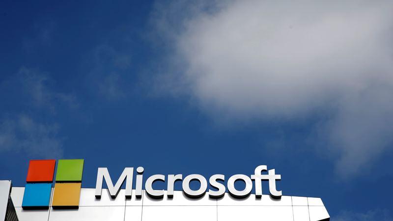 Logo Microsoft terlihat dengan latar awan di Los Angeles, AS - REUTERS/Lucy Nicholson