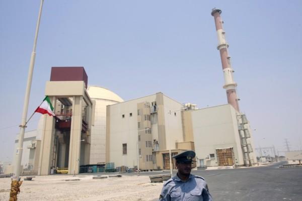 Petugas keamanan berdiri di depan pembangkit listrik tenaga nuklir di Bushehr, sekitar 1.200 kilometer (km) selatan Teheran, Iran, Sabtu (21/8/2010). - Reuters/Raheb Homavandi