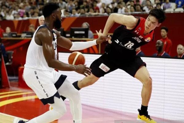 Pebasket Amerika Serikat Jaylen Brown (kiri) menghalangi pergerakan pemain Jepang Yudai Baba. - Reuters/Aly Song