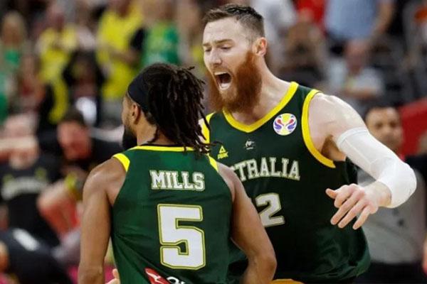 Dua pebasket Australia Patty Mills (kiri) dan Aron Baynes (kanan) melakukan selebrasi usai mencetak angka dalam pertandingan penyisihan Grup H Piala Dunia Basket 2019 melawan Lithuania di Dongguan, China, Kamis (5/9/2019). - Reuters/Kim Kyung-hoon