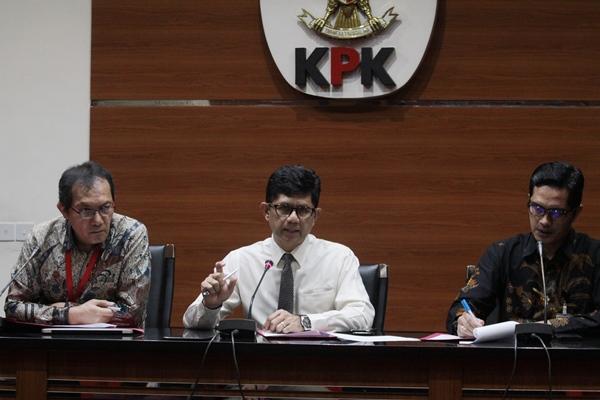 Wakil Ketua KPK, Laode M Syarif (tengah), Saut Situmorang (kiri) didampingi Juru Bicara KPK Febri Diansyah (kanan) menggelar konferensi pers terkait tersangka baru kasus korupsi di Gedung KPK, Jakarta, Senin (10/6/2019). - ANTARA FOTO/Reno Esnir