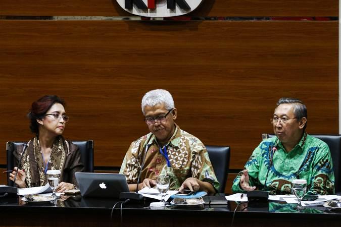 Dewan Penasihat KPK Budi Santoso (kanan) bersama Sekjen Transparansi Internasional Indonesia (TII) Dadang Trisasongko (tengah) dan anggota Dewan Pengurus TII Meuthia Ganie Rochman (kiri) memberikan paparan dalam acara peluncuran hasil penelitian evaluasi kinerja KPK 2019 di gedung KPK, Jakarta, Kamis (4/7/2019). - ANTARA/Rivan Awal Lingga