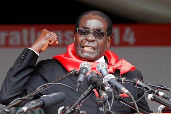Robert Mugabe berpidato dalam perayaan ulang tahunnya yang ke-90 di Marondera, timur Harare, Zimbabwe pada 2014. - Reuters/Phillimon Bulawayo