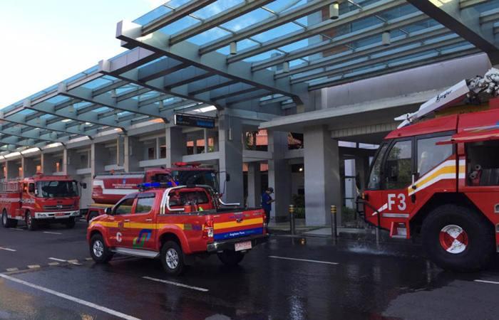 Mobil pemadam kebakaran di depan terminal keberangkatan domestik bandara Ngurah Rai, Bali, Jumat (19/4/2019). - Bisnis/ Ema Sukarelawanto