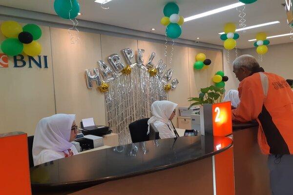 Pegawai Bank BNI Wilayah Palembang sedang melayani nasabah di kantor cabang Palembang. - Bisnis/Dinda wulandari