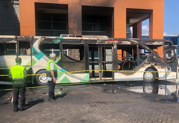 Satu unit bus di Bandara Ngurah Rai terbakar. BISNIS - Ditjen Perhubungan Udara