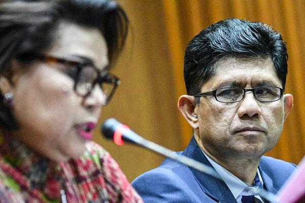 Wakil Ketua KPK Laode M. Syarif (kanan) menyimak Wakil Ketua KPK Basaria Panjaitan (kiri). - Antara/Muhammad Adimaja