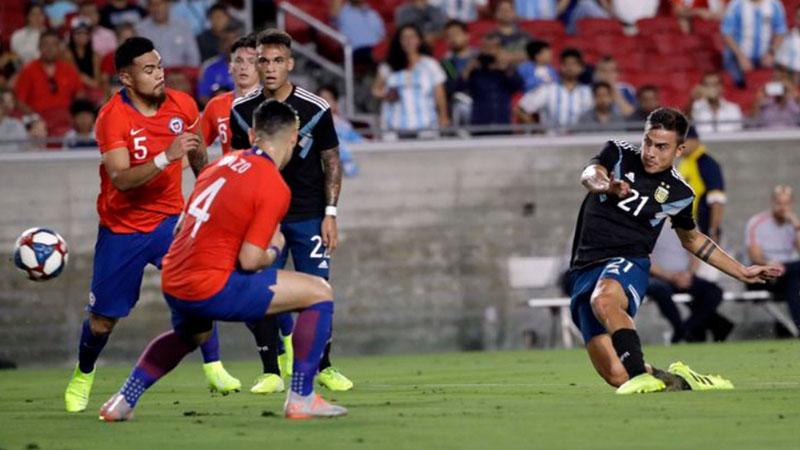 Penyerang Argentina Paulo Dybala (kanan) melepas tembakan ke pertahanan Cile. - Fox Sports