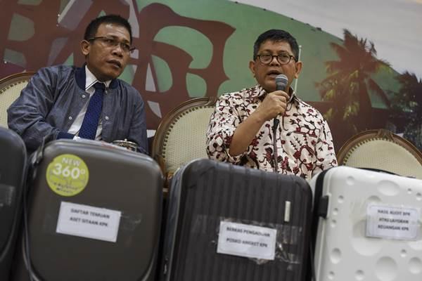 Wakil Ketua Pansus Hak Angket KPK Masinton Pasaribu (kiri) dan Teuku Taufiqulhadi (kanan) memberikan keterangan pers jelang 60 hari kerja Pansus Hak Angket KPK di Kompleks Parlemen, Senayan, Jakarta, Senin (18/9). - ANTARA FOTO/Hafidz Mubarak A