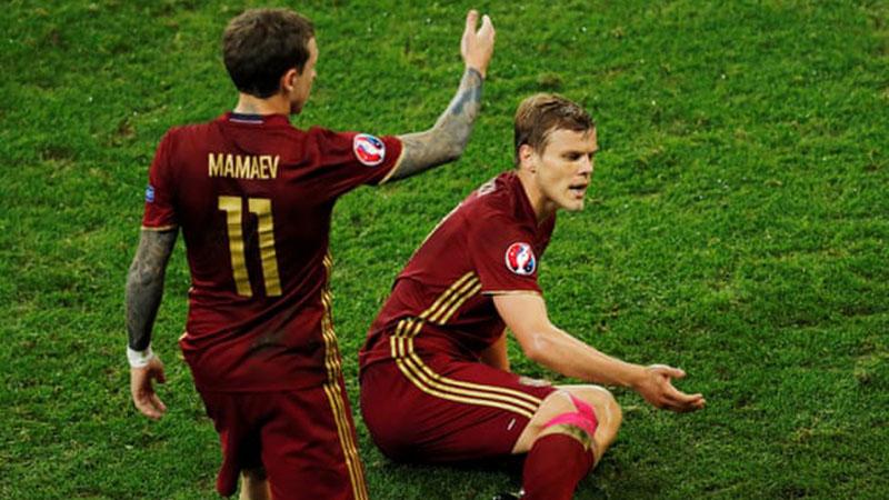 Aleksandr Kokorin (kanan) dan Pavel Mamayev (kiri) ketika membela Timnas Rusia melawan Slowakia di Piala Eropa (Euro) 2016 di Prancis. - Reuters/Benoit Tessier