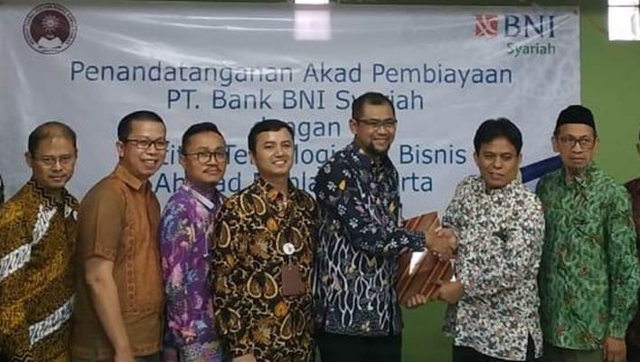 Rektor ITB AD, Mukhaer Pakkanna (kedua dari kanan) bersama Pemimpin Divisi Usaha Kecil dan Menengah BNI Syariah Supriono (ketiga dari kanan) didampingi Ketua BPH ITB AD Syafrudin Anhar (paling kanan); saat penandatanganan Akad Plafon Pembiayaan antara BNI Syariah dengan ITB AD Jakarta, Kamis (5/9/2019) - Istimewa).