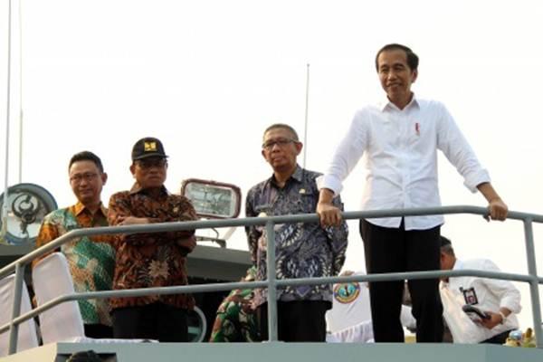 Presiden Joko Widodo (kanan) bersama Kepala Staf Kepresidenan Moeldoko (kedua kiri), Gubernur Kalbar Sutarmidji (kedua kanan), Wali Kota Pontianak Edi Rusdi Kamtono (kiri) menaiki Kapal Angkatan Laut (KAL) Lemukutan saat menyusuri Sungai Kapuas di Pontianak, Kalimantan Barat, Kamis (5/9/2019). Presiden Joko Widodo meninjau kawasan Sungai Kapuas yang merupakan salah satu aset wisata di Kalbar. ANTARA FOTO - Jessica Helena Wuysang