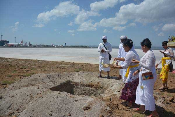 Umat Hindu melakukan ritual 'melaspas' terkait pembangunan perluasan Bandara Ngurah Rai, Bali, Jumat (28/9/2018). - ANTARA/Wira Suryantala