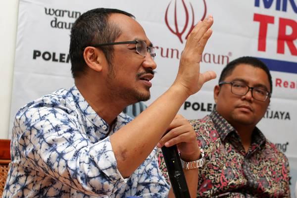 Mantan Ketua KPK sekaligus pegiat antikorupsi Abraham Samad (kiri) bersama anggota Bawaslu Fritz Edward Siregar (kanan) memberikan paparan saat menjadi narasumber dalam diskusi polemik di Jakarta, Sabtu (17/3). - Antara