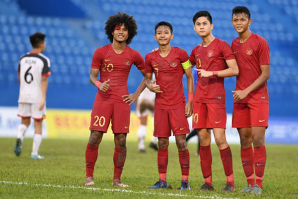 Pemain Timnas Indonesia U-18 (dari kiri ke kanan) Bagus Kahfi (kiri), Beckham Putra (kedua kiri), Rendy Juliansyah (kedua kanan), dan Saddam Emiruddin (kanan) seusai menaklukkan Brunei Darussalam 6 - 1 dalam pertandingan Grup A Piala AFF U-18 2019 di Stadion Binh Duong di Provinsi Binh Duong, Vietnam, Sabtu (10/8/2019). - Antara/Yusran Uccang