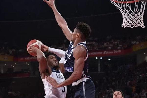 Pebasket Amerika Serikat Donovan Mitchell (kiri) berusaha mencetak angka di bawah kawalan ketat bintang Yunani Giannis Antetokounmpo dalam laga putaran kedua Piala Dunia Basket 2019 Grup K di Shenzhen, China, Sabtu (7/9/2019). - Antara-AFP