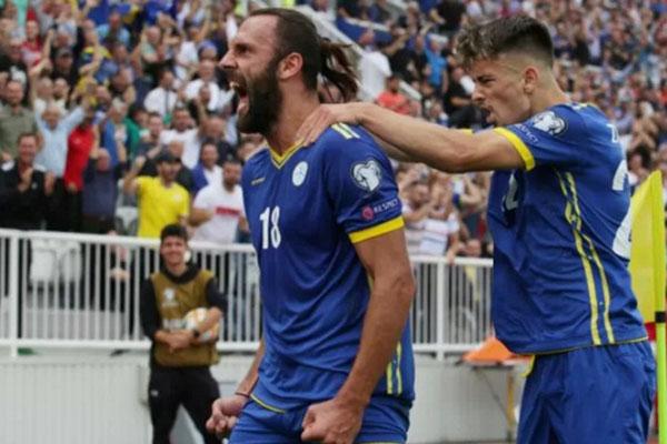 Ujung tombak Kosovo Vedat Muriqi (kiri) merayakan gol yang dicetaknya ke gawang Republik Cheska dalam pertandingan Grup A kualifikasi Piala Eropa 2020 di Stadion Fadil Vokrri, Pristina, Sabtu (7/9/2019). - Reuters/Florian Goga