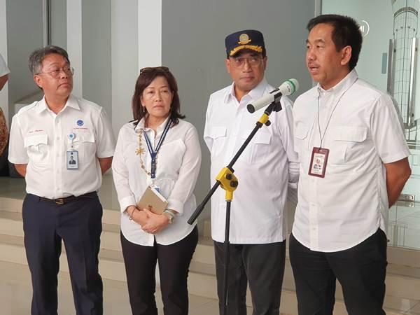 Dirut AP II Muhammad Awaluddin (paling kanan) mengklaim runway ketiga Bandara Soekarno-Hatta dapat menghemat bahan bakar pesawat, Minggu (8/9/2019). - Bisnis/Rio Sandy Pradana
