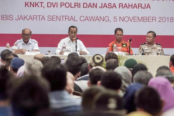 Ketua KNKT Soerjanto Tjahjono (dari kiri), Menteri Perhubungan Budi Karya Sumadi, Kepala Basarnas Marsekal Madya M. Syaugi, Kepala Pusat Kedokteran dan Kesehatan Polri Brigjen Pol Arthur memberikan paparan saat konferensi pers proses evakuasi Lion Air JT 610 di Crisis Center, Jakarta, Senin (5/11/2018). - JIBI/Felix Jody Kinarwan